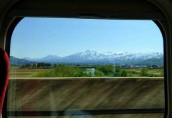車窓の山々が美しい
