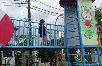 幼稚園の園庭で