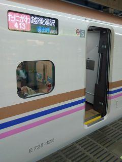 ピンク帯のE7系