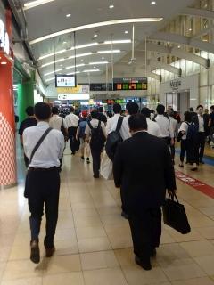 6時半前の品川駅