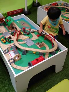 木製の電車遊び