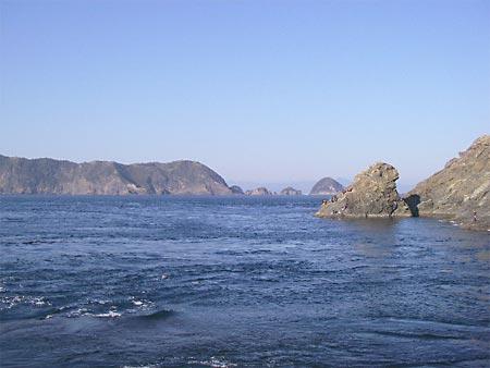 水道から見た鶴見大島と三角
