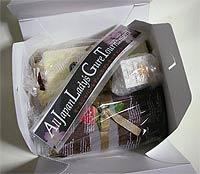 ケーキの箱に入れてお送りします。