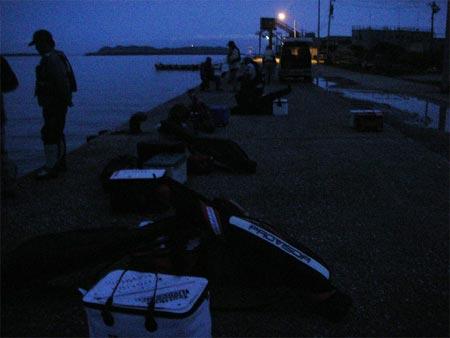 迎えの船を待つ釣り客達