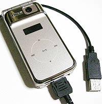 USBケーブルで携帯とパソコンを繋ぎます
