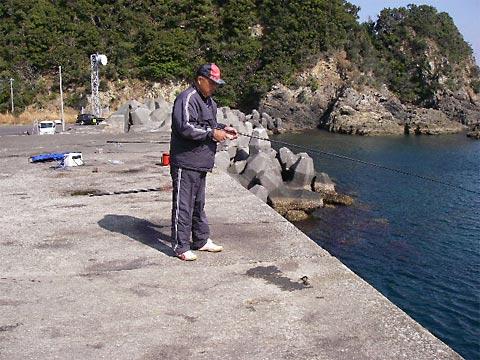 イカのヤエン釣りをしていたおじさん