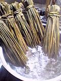 まず、藁苞(わらづと)を煮沸消毒します