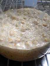 「酒粕」と「全粒粉」と湯冷ましを混ぜる