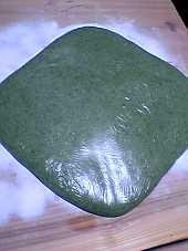 ヨモギ入りの緑米のお餅。四角く熨します