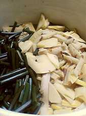 今回は鰹節のだしに「煮干醤油」を加えました