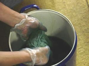 その青汁をホーローの容器に集め、布の入れます!