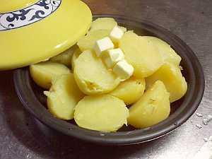 蒸かしたジャガ芋にバターをのせて・・・