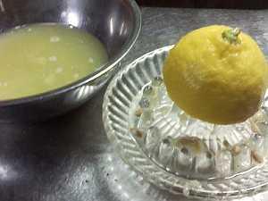 まず、レモン汁を搾ります