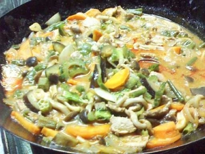 中華鍋で炒め、煮込みます