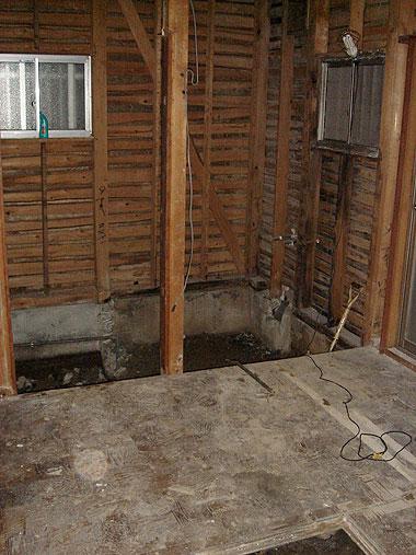 柱や骨組みが顕になった室内。