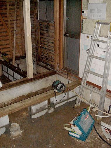 更に柱や骨組みが顕になった室内。