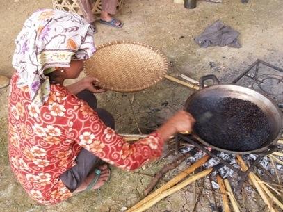 インドネシアでの焙煎の様子