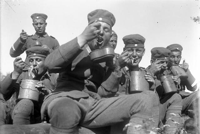 Bundesarchiv_Bild_102-13827,_Ostpreu�・en,_Reichswehr,_Herbstman�・ver.jpg
