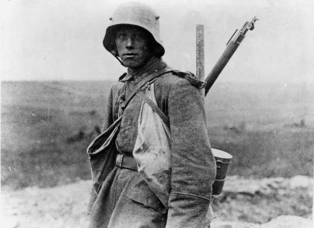 Bundesarchiv_Bild_183-R05148,_Westfront,_deutscher_Soldat.jpg