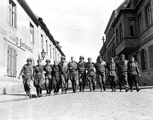 Bundesarchiv_Bild_183-1985-0531-314,_Torgau,_Begegnung_amerikanische-sowjetische_Soldaten.jpg