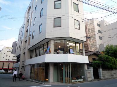 このビルの2階です