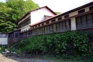 明治初期創業の黄金湯温泉旅館を裏から見る