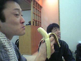 バナナを食べる西先生