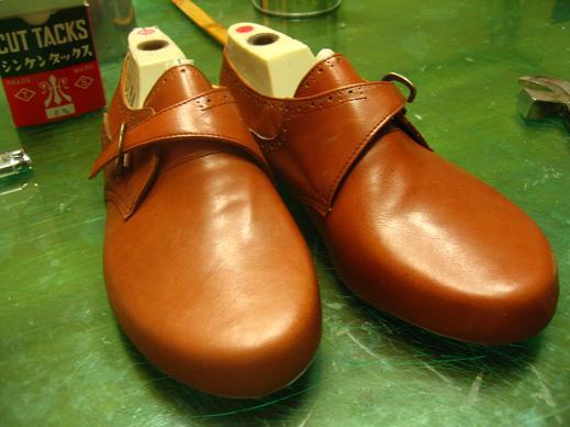 先日仮縫い靴の釣り込みまで完成しました。 あとは中もののコルクを詰めて底づけをして完成です。