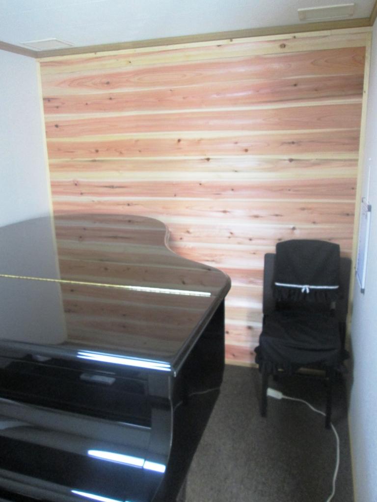 ピアノ室、杉板
