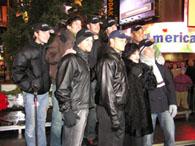 ツリー前で出演者集合写真