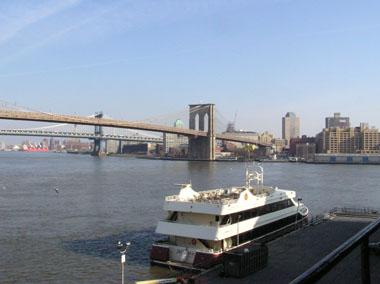 サウスシーポートから眺めるブルックリン・ブリッジ