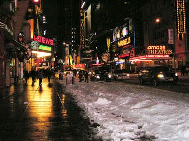 2.12既に雪かきされた42丁目
