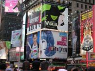 タイムズ・スクエアのオン・ブロードウェイの看板達