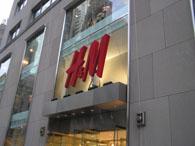H&Mお店前2.25