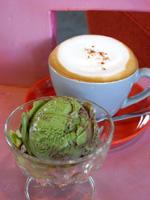 抹茶アイスとカフェラテ