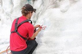 氷にロープを通していかにこの氷が強いか・・