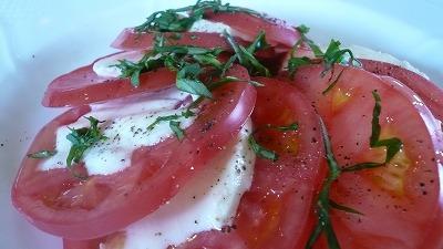319 サラ トマトとモッツァレラチーズのバジル風味