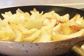 玉ねぎを炒める