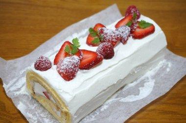 苺のシフォンロールケーキ