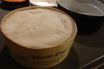 フランスのチーズ、モンドール食べ方写真