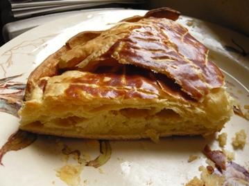 フランスのガレット・デ・ロワ(ケーキ)焼きたて写真