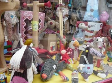 パリのおもちゃ屋さんウィンドウ・ディスプレイ写真