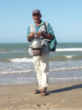 チュニジアのミントティー売りのおじさんの写真