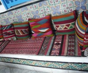 キリム織りのクッションとカーペット