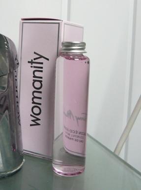 香水ウーマニティ詰め替えボトルの写真