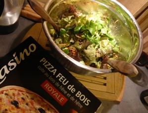 フランスの冷凍ピザとサラダ