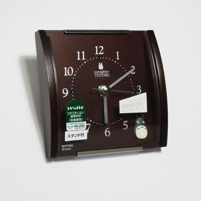 トトロが文字盤に入ったクォーツ掛置兼用時計です。