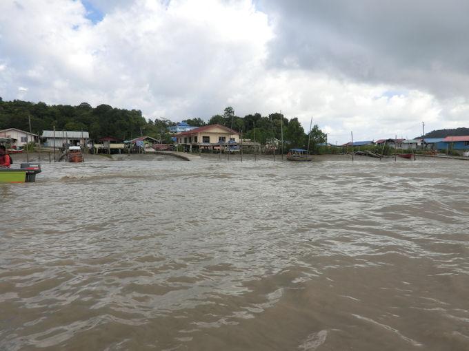 川沿いのカンポン.jpg