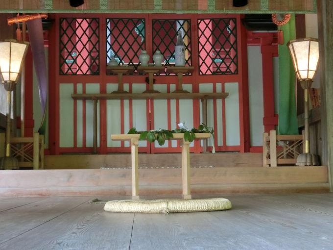 高鴨神社の祭壇.jpg