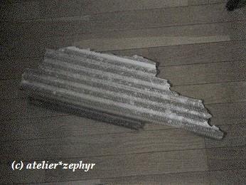 台風21号で飛んできた波板の破片